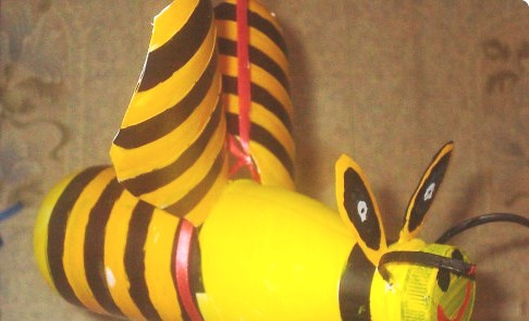 Bumble bee crafts - making a bumble bee (5)